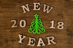Grüner Weihnachtsbaum und neues Jahr des Zeichens vom hölzernen Buchstaben Lizenzfreie Stockfotografie