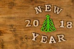 Grüner Weihnachtsbaum und neues Jahr des Zeichens vom hölzernen Buchstaben Lizenzfreies Stockbild