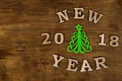 Grüner Weihnachtsbaum und neues Jahr des Zeichens vom hölzernen Buchstaben Stockfotografie
