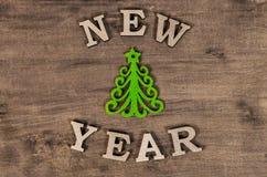 Grüner Weihnachtsbaum und neues Jahr des Zeichens vom hölzernen Buchstaben Lizenzfreie Stockbilder