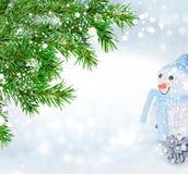 Grüner Weihnachtsbaum und Schneemann Abstraktes Hintergrundmuster der weißen Sterne auf dunkelroter Auslegung Stockfotos