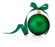 Grüner Weihnachtsflitter mit dem Bandbogen lokalisiert auf Weiß Stockfoto