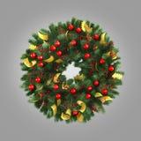 Grüner Weihnachtskranz mit den Dekorationen lokalisiert auf grauem Hintergrund Stockbild