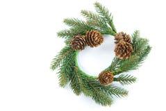 Grüner Weihnachtskranz von den Kiefernniederlassungen und von Kiefernkegeln lokalisiert auf weißem Hintergrund Stockbild