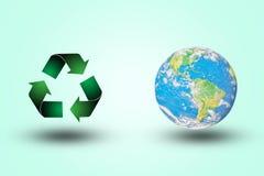 Grüner Wiederverwertungssymbolweltkämpfer auf einem Pastellhintergrund farbe umgebung Konzept Viele mehr Ökologiebilder in meinem Stockfotografie