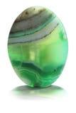 Grünes Achatmineral lokalisiert auf Weiß Stockfotos