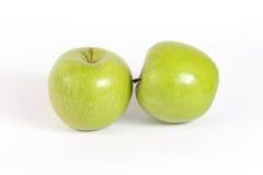 Grünes Apple im weißen Hintergrund Lizenzfreie Stockfotos