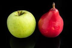 Grünes Applea und rote Birne lizenzfreie stockfotografie