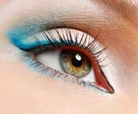 Grünes Auge mit blauen Augenschminken Stockfoto