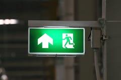 Grünes Ausgangssymbol lizenzfreie stockbilder