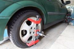Grünes Auto auf Reparatur in der Autosorgfalt Mitte Stockfoto