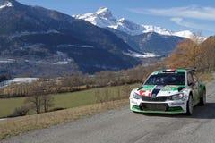 Grünes Auto und Berglandschaft, während Monte-Carlo Rallys Lizenzfreies Stockfoto