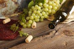 Grünes Bündel der Traube mit Weinflasche Stockfotos