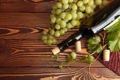 Grünes Bündel der Traube mit Weinflasche Lizenzfreies Stockfoto