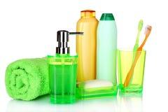 Grünes Badezimmerzubehör, -shampoo und -tuch Stockfotos
