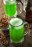 Grünes Bier für St Patrick Tag Lizenzfreies Stockbild