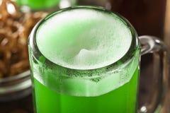 Grünes Bier für St Patrick Tag Lizenzfreie Stockfotografie