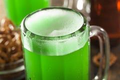 Grünes Bier für St Patrick Tag Lizenzfreie Stockfotos