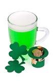 Grünes Bier, Shamrock und Koboldhut mit Münzen Lizenzfreies Stockbild
