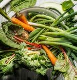 Grünes Biogartengemüse im weißen Sieb, Draufsicht lizenzfreies stockfoto