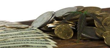 Grünes Blatt des Hanfs, Marihuana, Ganja, Hanf auf einem Bill 100 US-Dollars Die goldene Taste oder Erreichen für den Himmel zum  Lizenzfreie Stockbilder