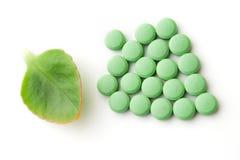 Grünes Blatt und Pillen Stockfotos