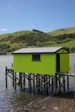 Grünes Bootshaus auf Stelzen stockbilder