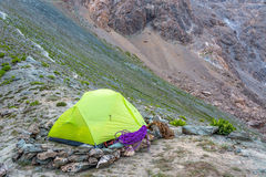 Grünes Campingzelt in den Bergen lizenzfreie stockbilder