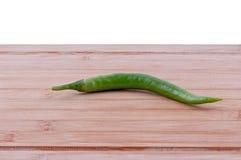 Grünes chillieson hackendes Brett Lizenzfreie Stockfotos