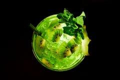 Grünes Cocktail mögen mojito auf Dunkelheit. Draufsicht. Lizenzfreies Stockbild