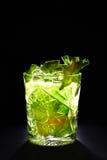 Grünes Cocktail mögen mojito auf dunklem Hintergrund Lizenzfreie Stockbilder