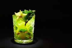 Grünes Cocktail mögen mojito auf dunklem Hintergrund Lizenzfreie Stockfotos