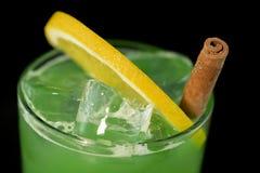 Grünes Cocktail mit grünem Saft-, Alkohol- und Kalkkeil stockfotografie