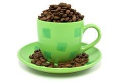 Grünes Cup mit Kaffeebohnen Lizenzfreie Stockbilder