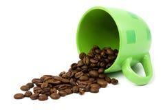Grünes Cup mit Kaffeebohnen Stockfoto