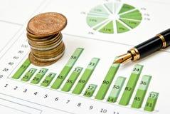 Grünes Diagramm, Münzen und Feder Stockbilder