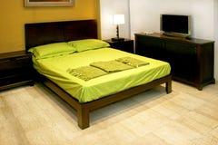 Grünes doppeltes Bett Stockbild