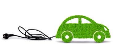 Grünes eco Auto mit elektrischem Stecker auf weißem Hintergrund stockfoto