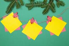 Grünes EinFARBEweihnachts- oder des neuen Jahreshintergrund mit Tannenbaumasten und einer Girlande Stockfotos