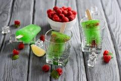 Grünes Eiscreme-Eis am Stiel mit Kalk und Himbeere Stockbilder