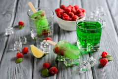Grünes Eiscreme-Eis am Stiel mit Kalk und Himbeere Stockfotografie