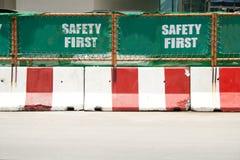 Grünes erstes Zeichen der Sicherheit Stockbild