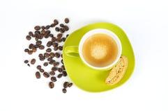 Grünes Espressocup mit Kaffeebohnen und crostini 2 Stockfotografie