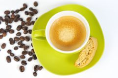 Grünes Espressocup mit Kaffeebohnen und crostini 3 Lizenzfreie Stockbilder