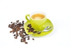 Grünes Espressocup mit Kaffeebohnen und Löffel 2 Stockbild