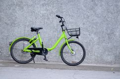 1 gr?nes Fahrrad lizenzfreie stockfotografie