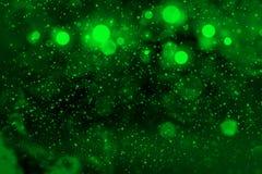 Grünes fantastisches glänzendes Funkelnlichter defocused bokeh abstrakter Hintergrund mit Funken fliegen, festal Modellbeschaffen stock abbildung