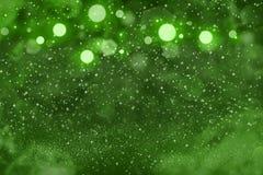 Grünes fantastisches glattes Funkelnlichter defocused bokeh abstrakter Hintergrund mit Funken fliegen, Feiertagsmodellbeschaffenh lizenzfreie abbildung