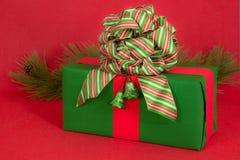 Grünes Feiertags-Geschenk auf Rot Stockfotografie
