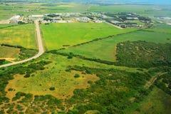 Grünes Feld gesehen von oben genanntem in Sardinien Stockbild
